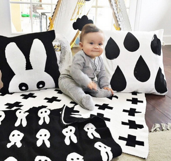 Knitted baby blanket in black and white